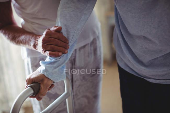 Ältere Frau senior Menschen zu Fuß mit Walker zu Hause helfen — Stockfoto