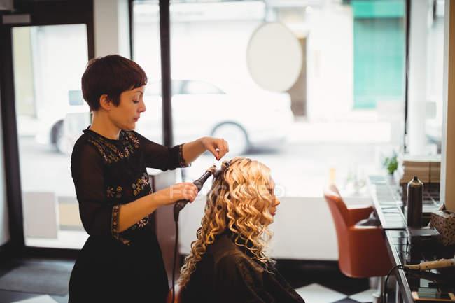 Parrucchiere femminile styling clienti capelli in salone — Foto stock