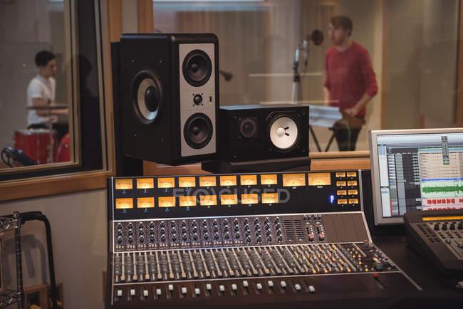 Звукорежиссер, динамики и оборудование в музыкальной студии — стоковое фото