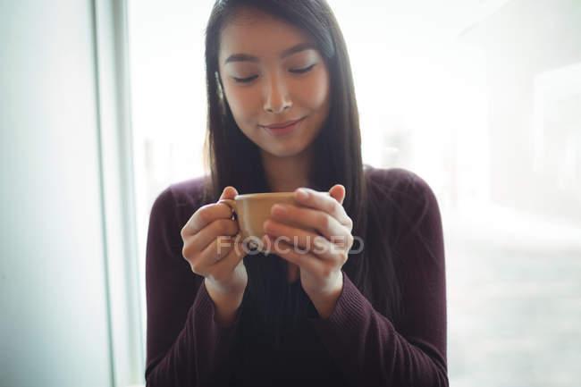 Красивая женщина пьет кофе в кафе — стоковое фото