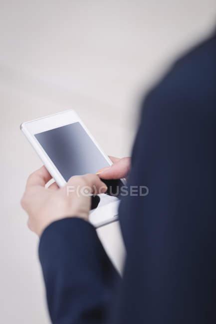 Крупный план предпринимательницы, использующей мобильный телефон — стоковое фото