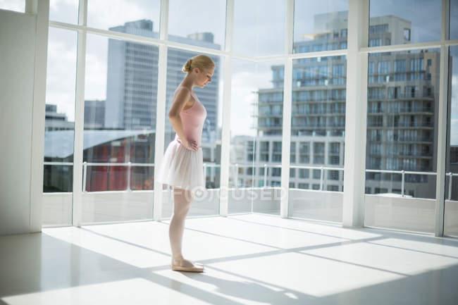 Ballerina practicing a ballet dance in ballet studio — Stock Photo