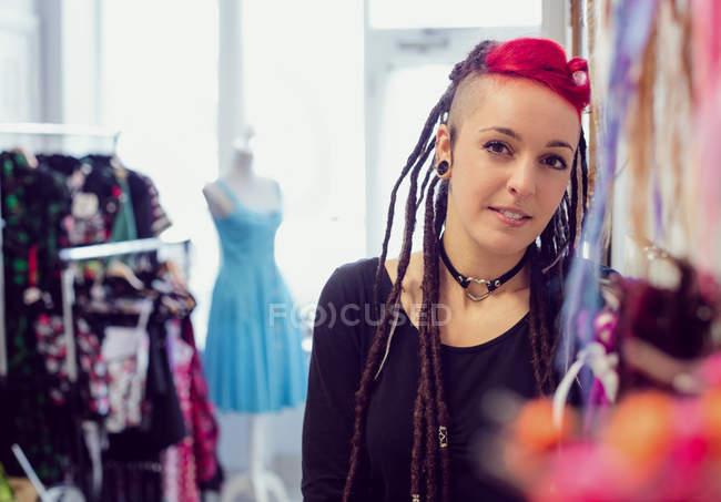 Портрет жіноче Перукарня в дреди магазин — стокове фото