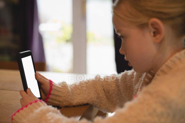 Закри мила дівчина, використовуючи цифровий планшетний у вітальні на дому — стокове фото