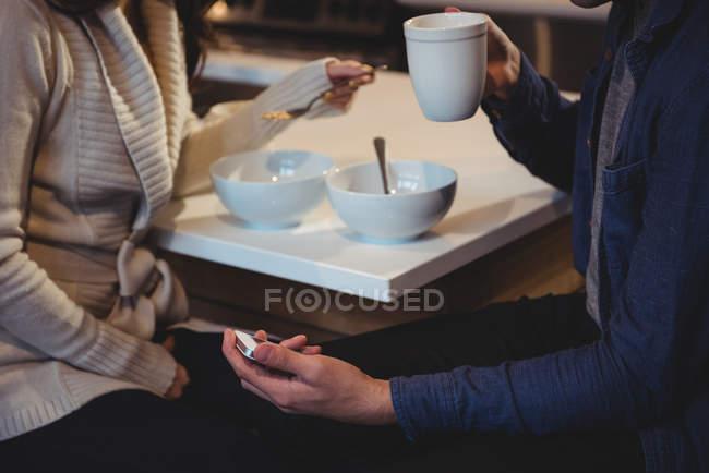 Paar frühstückt zu Hause gemeinsam in der Küche — Stockfoto