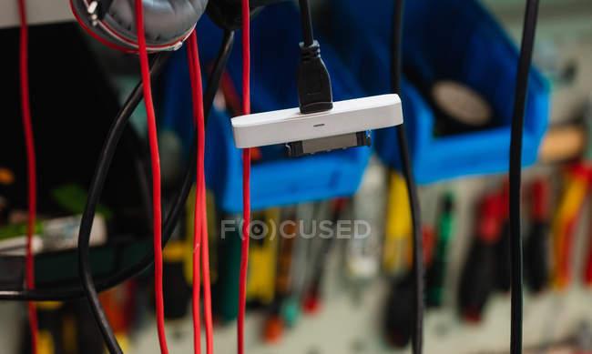 Различные кабели данных, висит в центр ремонта — стоковое фото