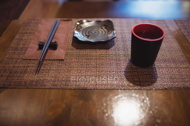 Кубок саке напою на обідньому столі в ресторані — стокове фото