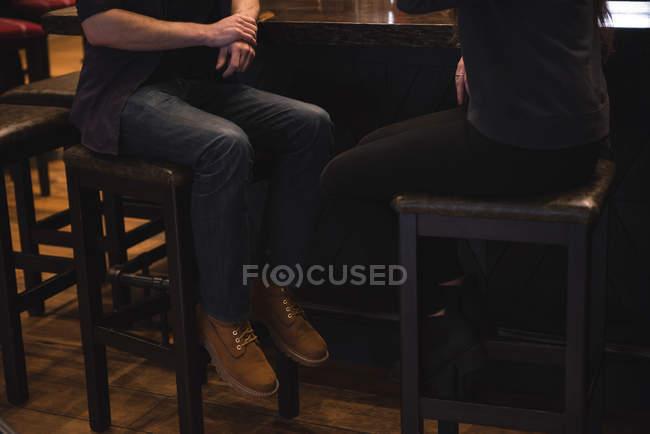 Низький розділ пара, сидячи на стільці в барна стійка — стокове фото