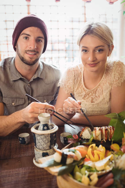 Porträt des Paares mit Sushi im restaurant — Stockfoto