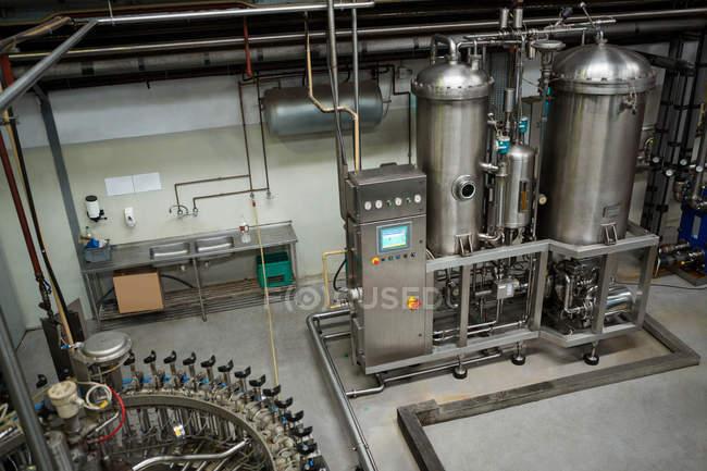 High-Winkelansicht der Produktionsmaschinen in der Kaltgetränkfabrik — Stockfoto