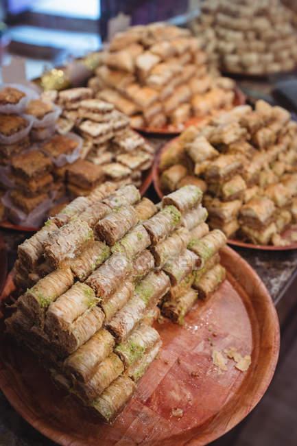 Nahaufnahme türkischer Süßigkeiten im Teller an der Theke im Geschäft — Stockfoto
