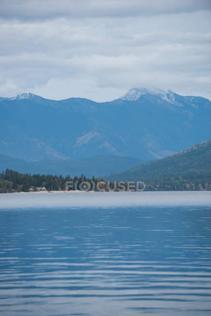 Tranquila vista de las hermosas montañas nevadas y el río - foto de stock