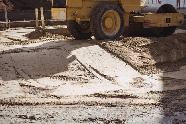 Straßenwalzen ebnen Boden auf Baustelle — Stockfoto