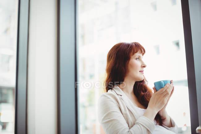 Femme d'affaires enceinte prenant un café à la cafétéria du bureau — Photo de stock