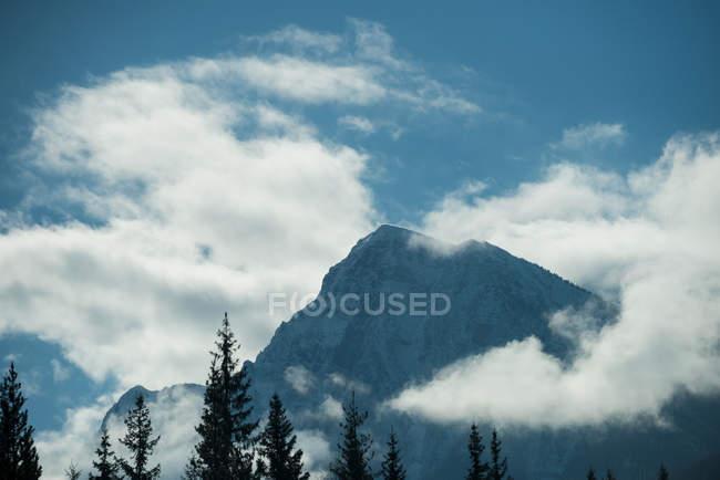 Спокійній зору красивий snowy гірський масив проти Синє небо та хмари — стокове фото