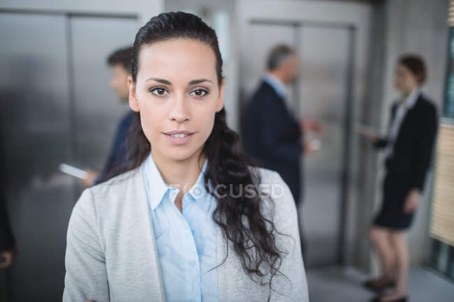 Portrait d'une femme d'affaires confiant souriant au bureau — Photo de stock