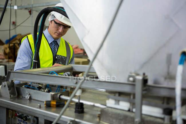 Techniker Prüfung Maschine im Industriebetrieb — Stockfoto