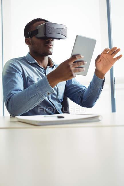 Executivo de negócios usando headset realidade virtual e tablet digital no escritório — Fotografia de Stock