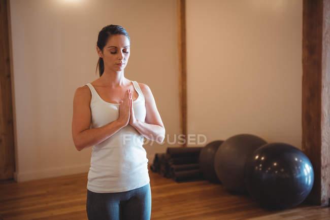 Femme pratiquant le yoga dans un studio de fitness — Photo de stock