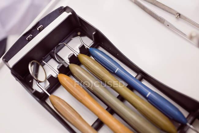 Gros plan d'ensemble du matériel dentaire réaliste — Photo de stock
