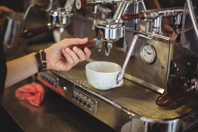 Kellnerin, die Zubereitung einer Tasse Kaffee im café — Stockfoto