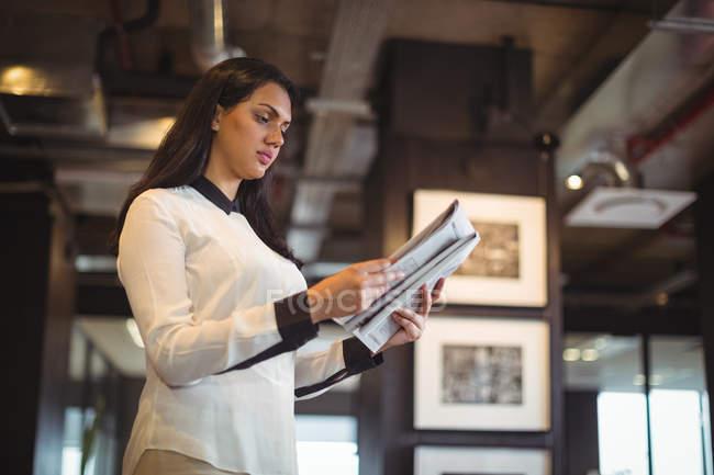 Documento de leitura empresária no escritório — Fotografia de Stock
