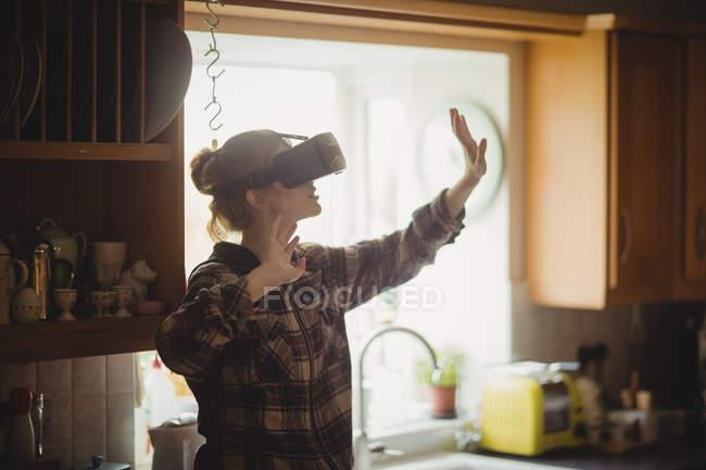 Frau, virtual-Reality-Kopfhörer in Küche zu Hause erleben — Stockfoto