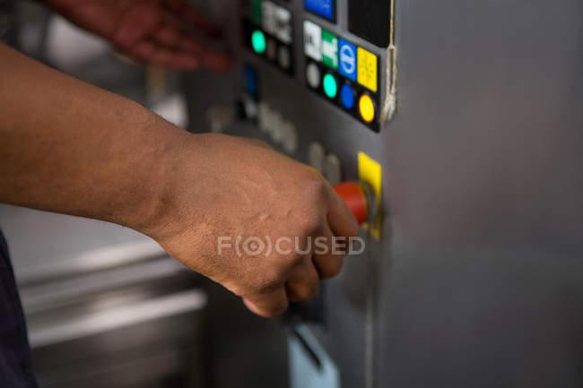 Hand der männlichen Arbeitnehmer bedienen von Maschinen im Werk abgeschnitten — Stockfoto