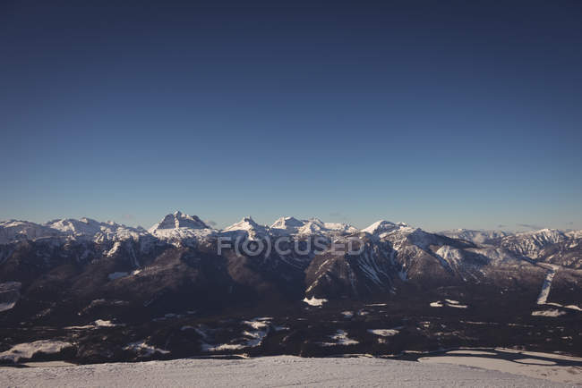 Scenic view of snow covered mountains during winter — стоковое фото