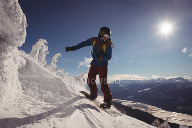 Горнолыжный спорт в снежных Альпах зимой — стоковое фото