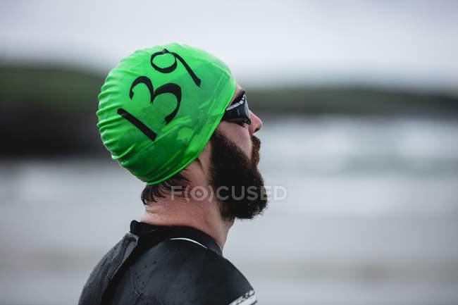 Крупный план спортсмена на пляже — стоковое фото