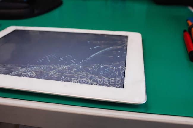 Крупным планом поврежденные цифровые планшетные в сервисный центр — стоковое фото
