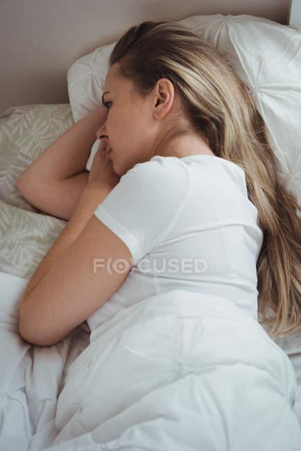 Mulher atenciosa relaxando no quarto em casa — Fotografia de Stock