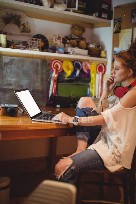 Красива жінка, використовуючи ноутбук на дому — стокове фото