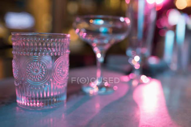 Набір порожній окуляри для бар напоями в приміщенні — стокове фото