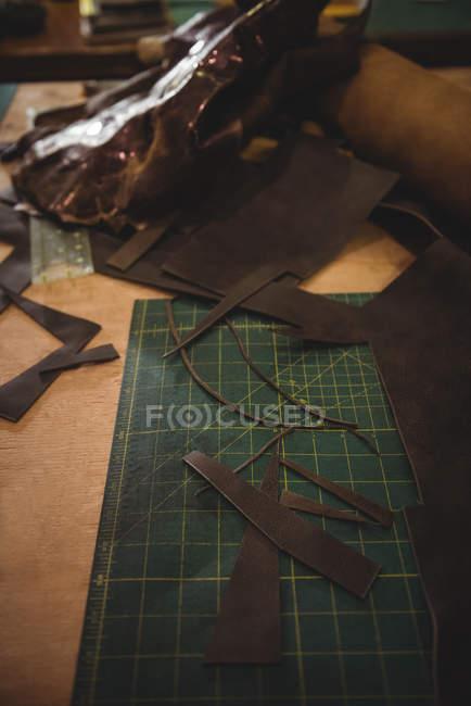 Peça de couro na mesa na oficina — Fotografia de Stock