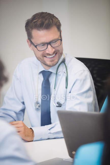 Médico sorridente em reunião na sala de conferências — Fotografia de Stock