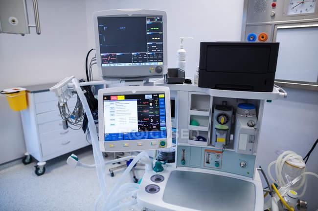 Medizinische Geräte im Operationssaal des Krankenhauses — Stockfoto