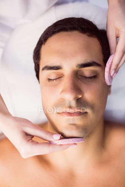 Paciente do sexo masculino recebendo massagem de médico na clínica — Fotografia de Stock