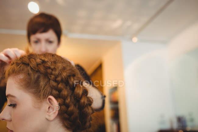 Gros plan de femme dans un salon de coiffure — Photo de stock
