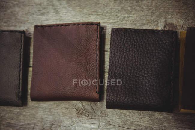 Várias carteiras de couro na mesa na oficina — Fotografia de Stock