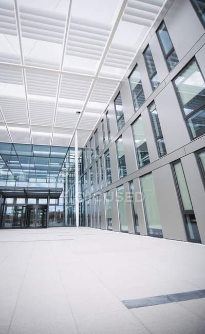 Вхід сучасні Офісні будівлі — стокове фото