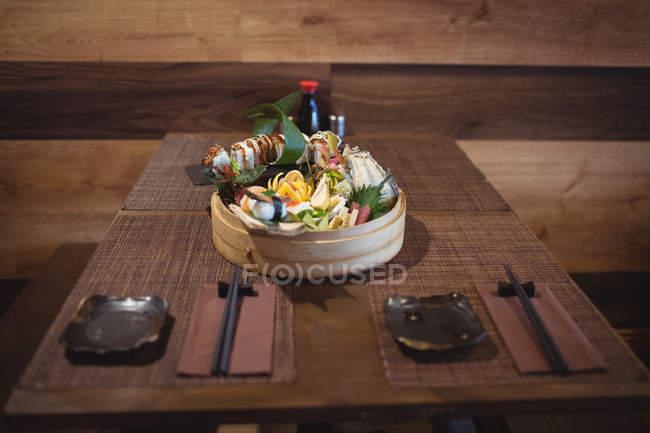 Різні суші у суші плити бамбук у ресторані — стокове фото
