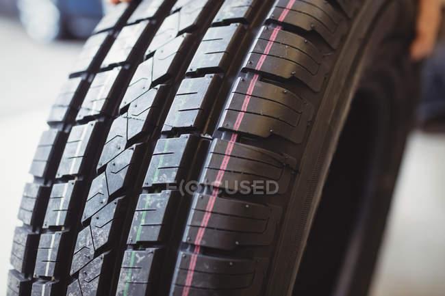 Primo piano dello pneumatico dell'auto nel garage di riparazione — Foto stock