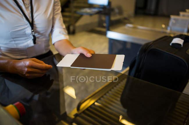 Embarque y pasaporte de explotación femenina pasajeros pasaran a aeropuerto terminal - foto de stock