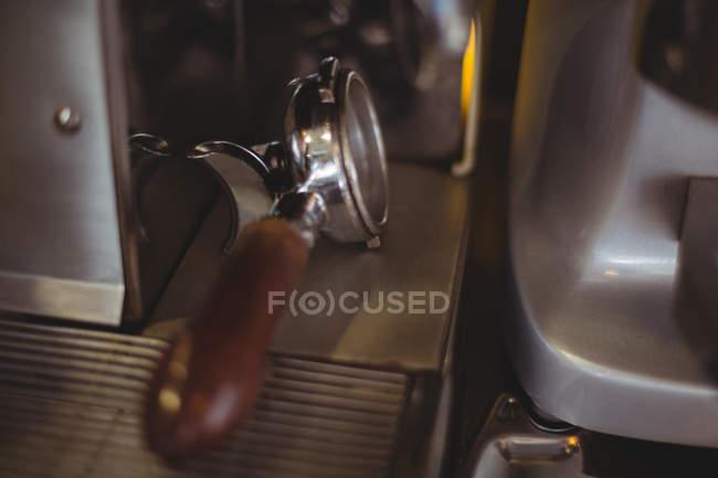 Nahaufnahme der Siebträger Espresso Maschine im café — Stockfoto