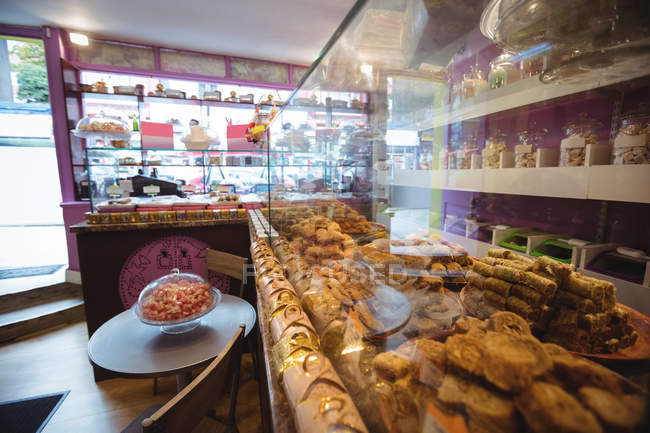 Vari dolci turchi disposti su scaffali ed esposti in negozio — Foto stock