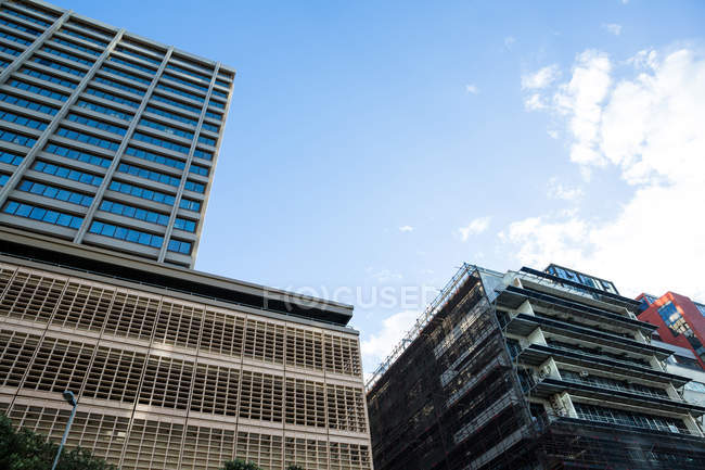 Rascacielos de oficinas modernos en el distrito financiero, vista de ángulo bajo - foto de stock