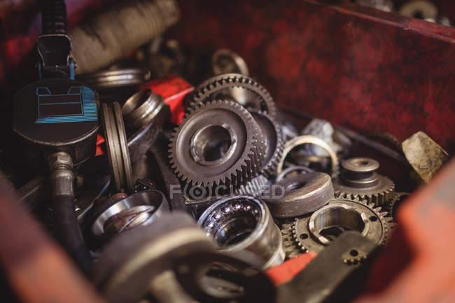 Primo piano degli ingranaggi del motore dell'automobile nel garage di riparazione — Foto stock