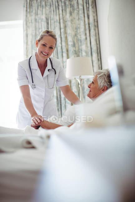 Портрет женский доктор консалтинга старший пациента на дому — стоковое фото